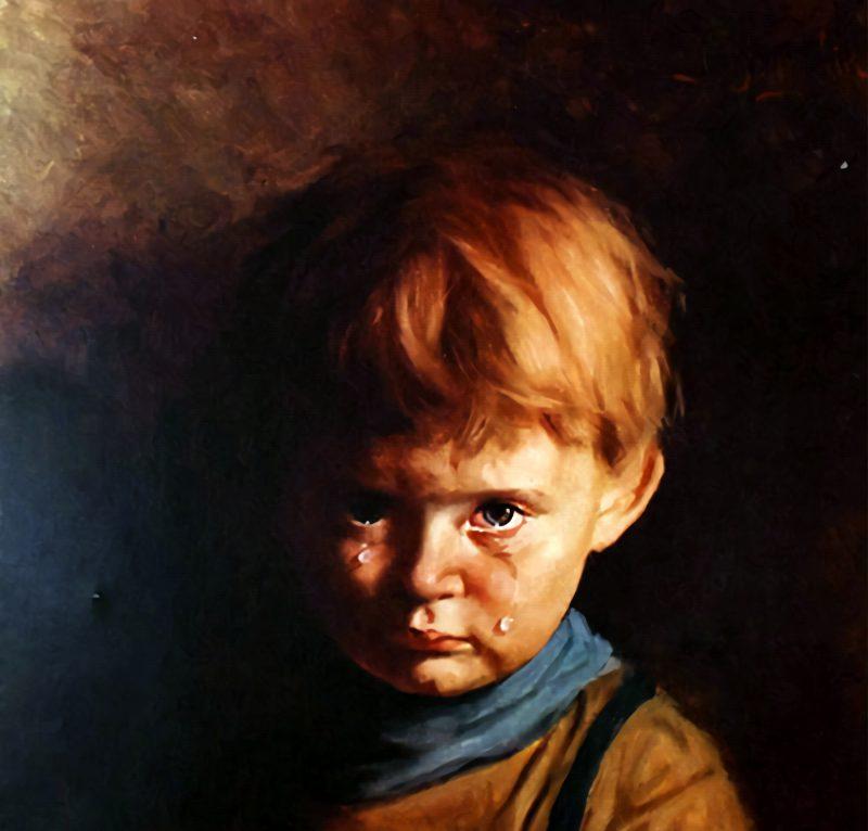 """Картины с историей Ваш канал Чем так пугала всех картина «Плачущий мальчик» Сегодня На этой картине мы видим рыжеволосого мальчика, который грустно смотрит с картины на зрителя. По его щекам текут слёзы. И хотя этот портрет кажется, на первый взгляд, простым изображением ребёнка, за ним скрывается множество странных и мистических событий. Джованни Браголин «Плачущий мальчик», 1950-е Картина называется «Плачущий мальчик», а создал её живописец Бруно Амадио, творивший под псевдонимом Джованни Браголин. Считается, что художник запечатлел на полотне собственного сына, которого заставлял плакать по-настоящему. Согласно различным слухам и легендам, которыми обросла эта картина, сынишка Амадио был был очень нервным и пугливым, особенно он боялся языков пламени — мальчика страшили даже горящие свечи. Чтобы вызвать у ребёнка слёзы, художник не придумал ничего лучше, как зажигать перед его лицом спички. Такие манипуляции дали несомненный результат — на картине мы видим напуганного и обиженного мальчика с глазами, полными слёз. Однако ребёнок был настолько доведён до отчаяния и гнева, что крикнул своему отцу, чтобы тот сгорел. Вскоре мальчик и сам """"сгорел"""" от двустороннего воспаления лёгких. Джованни Браголин «Плачущий мальчик», фрагмент"""