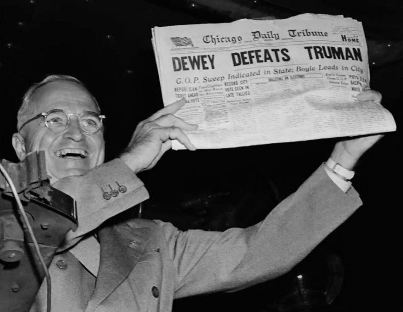Победивший Трумэн держит газету, которая заранее опубликовала неправильные результаты выборов